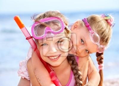 Enfants jouant sur la plage.