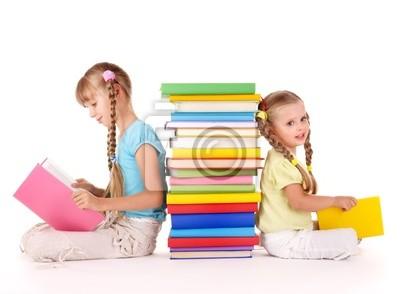 Enfants lisant pile de livre. Isolé.