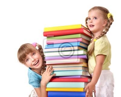 Enfants tenant pile de livre.