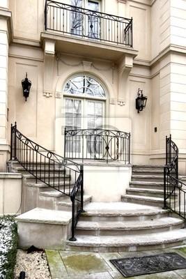 Entrée avec porte française et les escaliers circulaires peintures ...