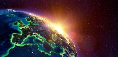 Image Europe au lever du soleil d'or - vue de l'espace