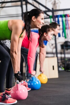 Image Exercice physique fonctionnel im Fitnessstudio mit Kettlebell