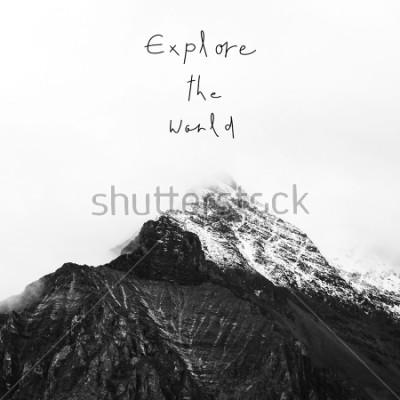 Image Explorez le monde. Citation inspirante sur la montagne enneigée dans la réserve nationale de Yading, comté de Daocheng, province du Sichuan, Chine.