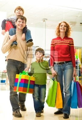 Famille moderne shopping dans le centre commercial va