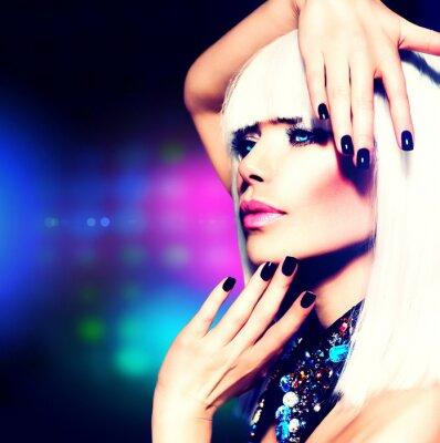 Image Fashion Disco Party Girl Portrait. Maquillage violet et des cheveux blancs