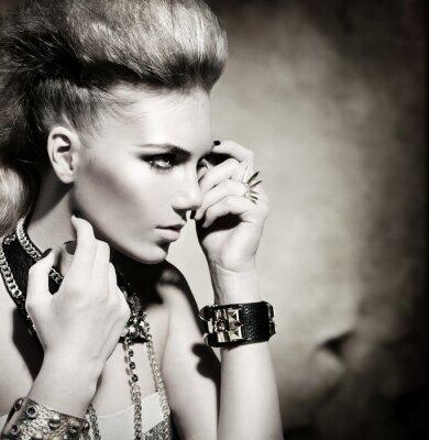 Image Fashion Rocker style du modèle Girl Portrait. Noir et blanc