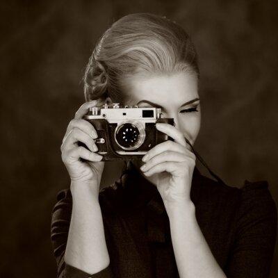 Image Femme à la robe classique avec caméra rétro.