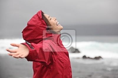 Femme appréciant temps de pluie
