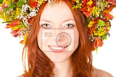 femme aux cheveux rouge gros plan le visage souriant portrait