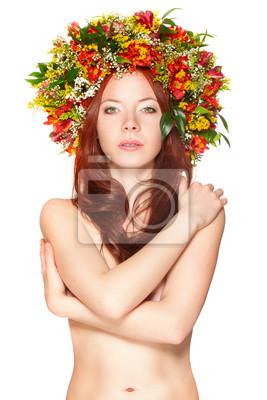 femme aux cheveux rouges avec couronne de fleurs