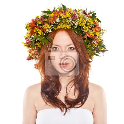 femme aux cheveux rouges avec une gerbe de fleurs sur la tête