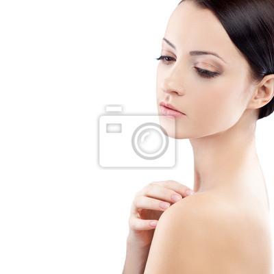 femme avec la main sur l'épaule nue