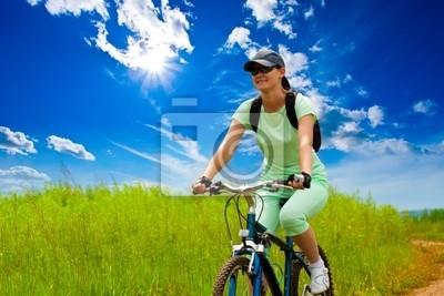 femme avec le vélo sur terrain vert