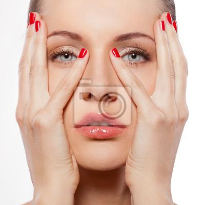 femme avec les mains sur le visage