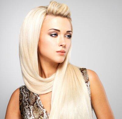 Image Femme blonde avec de longs cheveux raides
