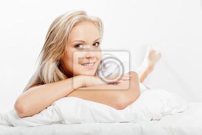 femme blonde portant sur le lit