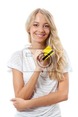 femme blonde tenant une carte de crédit jaune
