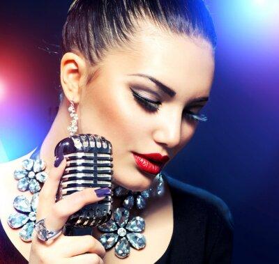 Image Femme chantant avec Retro Microphone