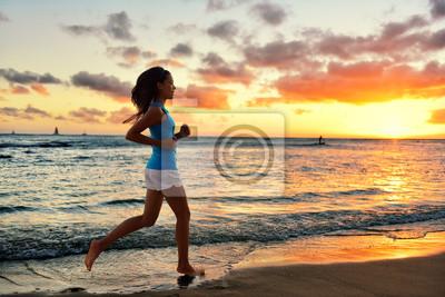 Femme courant et le jogging formation beach sunrise