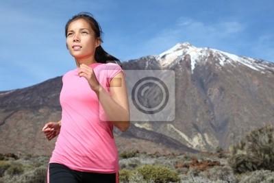 Femme courant sur le sentier de montagne