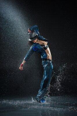 Image Femme de danse humide. En vertu de gouttes d'eau. Studio photo