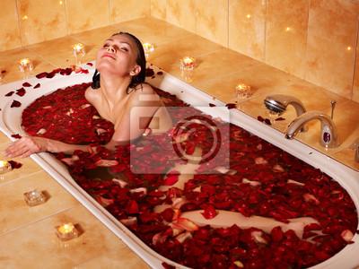 Femme de détente dans le bain.