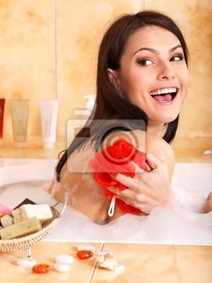 Femme de prendre un bain à bulles.