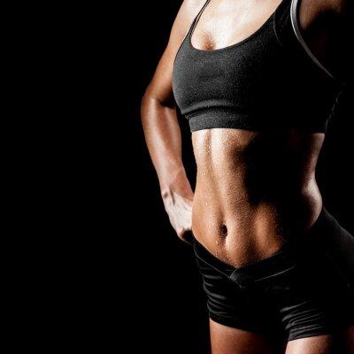 femme de sport sur un fond noir