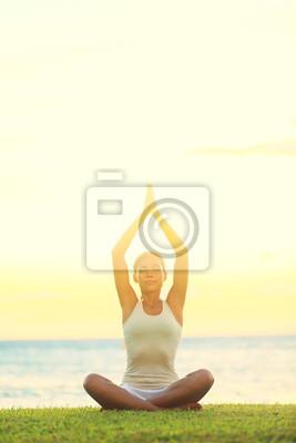 Femme de yoga détente par la mer