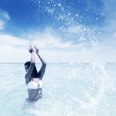 Image Femme éclaboussures en mer