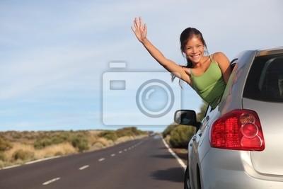 Femme en voyage sur la route de la voiture