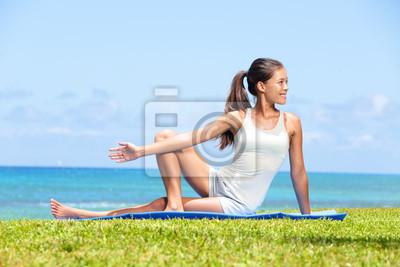 Femme étirant les jambes dans l'exercice de yoga de remise en forme
