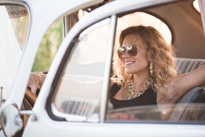 Image Femme heureuse, insouciante profiter d'une voiture rétro, journée d'été chaude.
