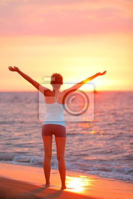 Femme heureuse liberté de détente à la plage coucher de soleil