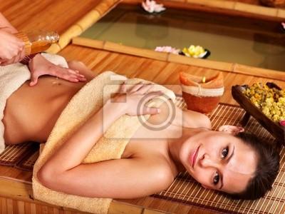 Femme obtention de massage au spa de bambou.