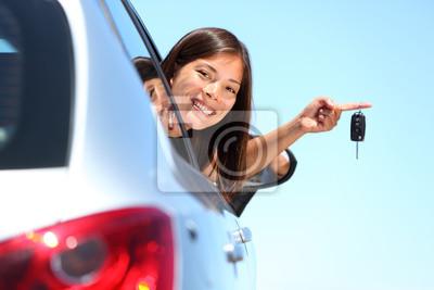 femme pilote montrant de nouvelles clés de voiture