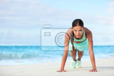 Femme, plage, Sourire, planking, faire, yoga, exercices Heureux, Asiatique, girl, formation, elle, abs, exercice, sien, coeur ...