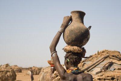 Image Femme porte sur sa tête un récipient avec de l'eau, de l'Ethiopie