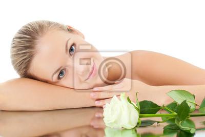 femme pose sur le miroir