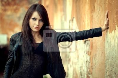 femme près de vieux mur