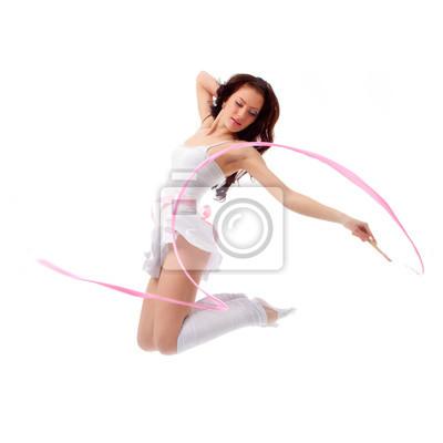 femme qui danse avec un ruban