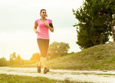 Image Femme Running In Campagne au beau coucher de soleil.