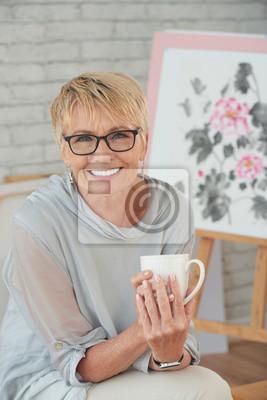 Image Femme souriante, boire du café