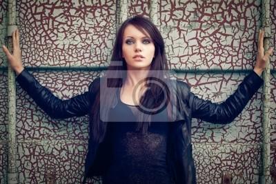femme sur mur fissuré