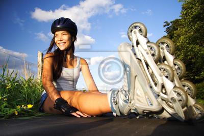 Femme sur patins à roues alignées
