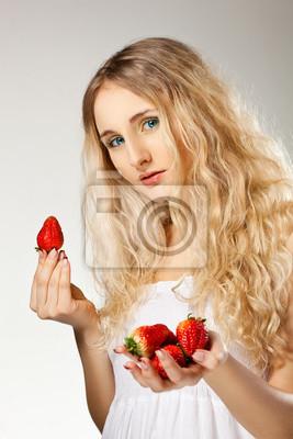 femme tenant fraises