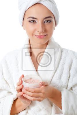 femme tenant pot de broussailles