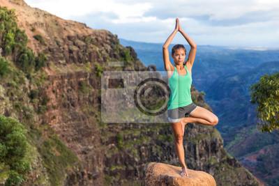 Femme, yoga, hawaii, montagnes Asiatique, girl, méditer, arbre, pose, prier, mains, au-dessus, tête, debout, jambe, kauai, hawaii, Fille, serein, nature, paysage.