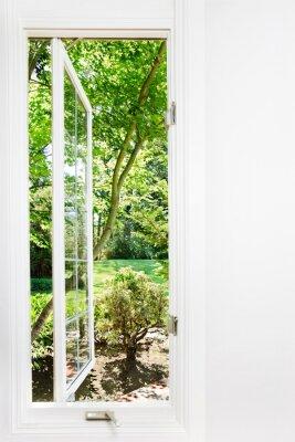 Image Fenêtre ouverte au jardin d'été ensoleillé; Se concentrer sur les arbres et à l'extérieur