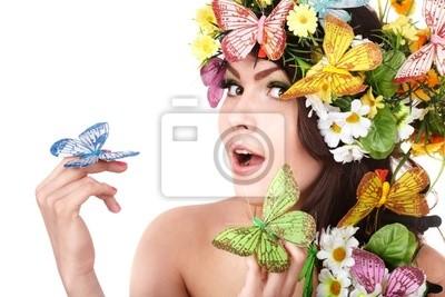 Fille avec papillon et de fleurs sur la tête.